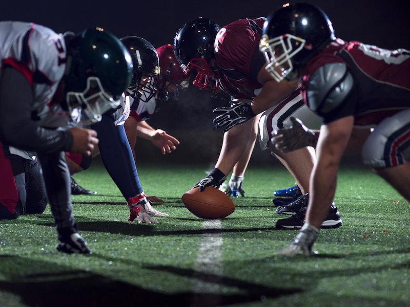 Футбольные нападающие должны начинать игру в вертикальном положении, чтобы избежать попадания в голову