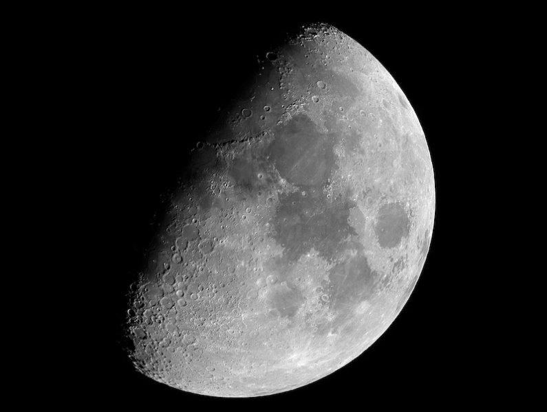Более высокая концентрация металла в кратерах Луны дает новое понимание его происхождения