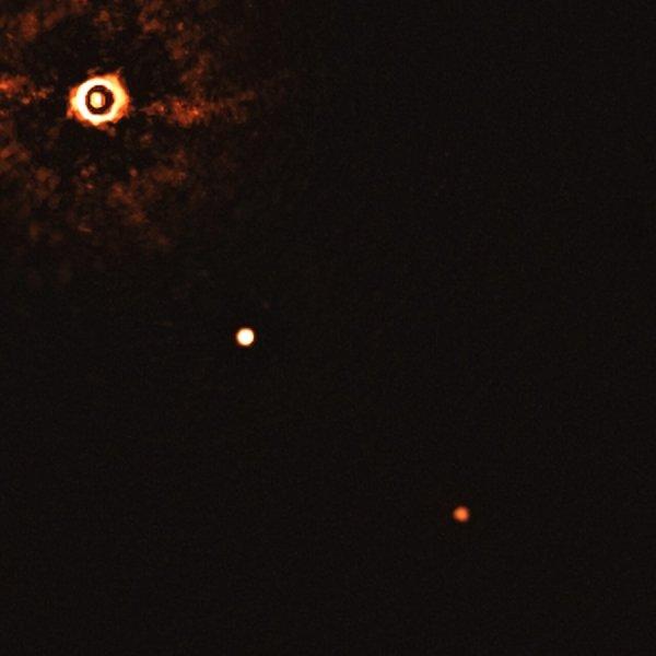 Первое в истории изображение многопланетной системы вокруг солнечной звезды, полученное телескопом ESO
