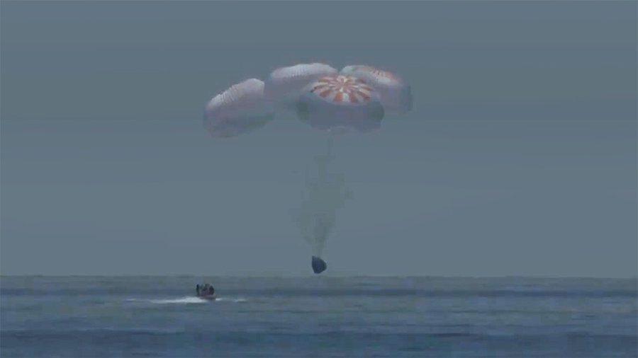 Астронавты НАСА благополучно обрушились на воду после первого полета коммерческого экипажа на космическую станцию