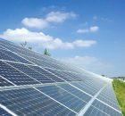 Исследователь анализирует использование солнечной энергии в аэропортах США